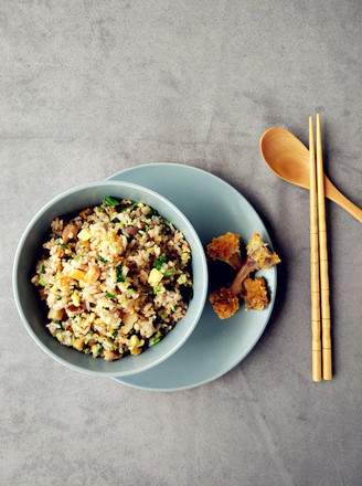 Fried rice with fried chicken, vegetables and egg