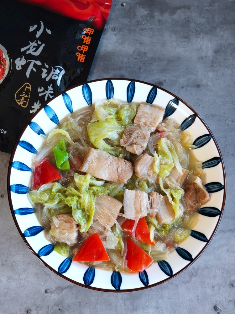 Pork and cabbage stewed vermicelli recipe